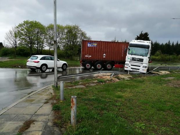 Снимка: ТИР блокира пътя към летище Варна