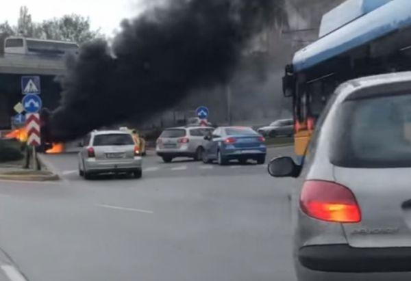 Снимка: Мъж е с изгаряния след като колата му се взриви в движение