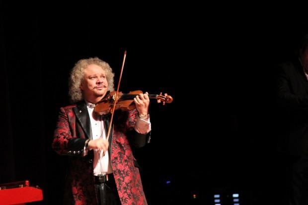 Кралят на циганската цигулка, в чиито бързи пръсти се кълнат