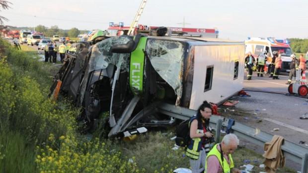 БилдГерманската полиция съобщи, че автобус с над 70 пътници е