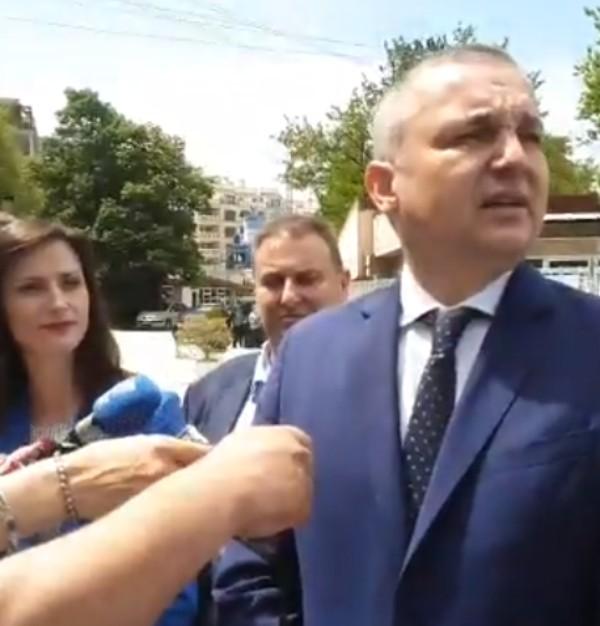В 13,30 ч. кметът говори пред медиите преди да направи