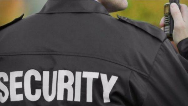 Охранител на банков клон в Сливен забърка голям скандал, счупвайки
