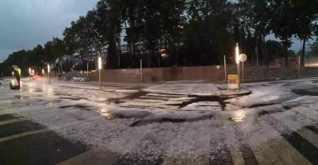 След проливния дъжд и градушка кметът Иван Портних и екип