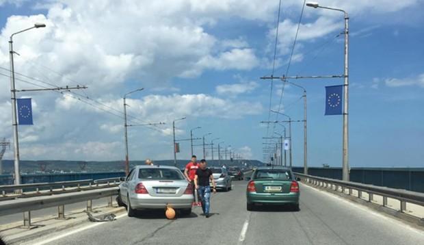 Виждам те КАТ-ВарнаКатастрофа затруднява движението по Аспарухов мост в посока