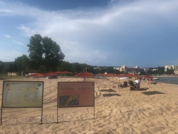ФлагманКонцесионер на малкия плаж с дължина около 300 метра южно