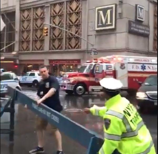 ТуитърХеликоптер се вряза в небостъргач в Ню Йорк. Инцидентът е