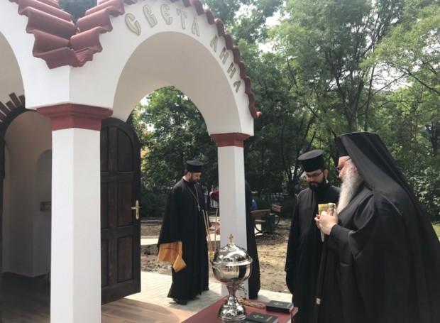 малкият православен параклис, изграден в двора на МБАЛ