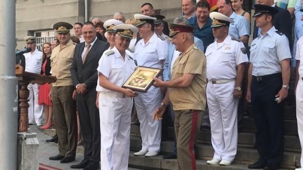 По време на церемонията контраадмиралМитко Петев сдаде длъжността на контраадмирал