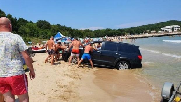ФейсбукДжип затъна в пясъка на плаж