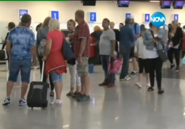 Отменени полети и изнервени туристи на Летище Бургас. Лошото време