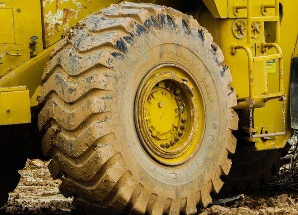 Тежка гума от камион или трактор затисна 8-годишно момче в
