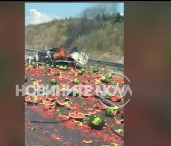 Снимка: Кола и камион се удариха, дини се изсипаха по магистрала