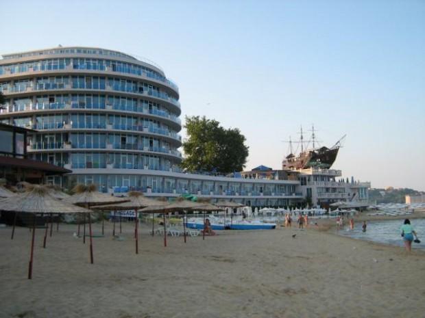 Снимка: Морето изхвърли труп на варненец до корабчето на хотел