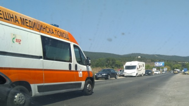 Снимка: Автомобил отнесе светофар по пътя Бургас-Варна, три жени пострадаха