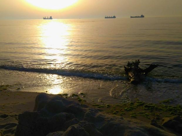 изхвърлено от морето тяло на удавник на плажа край хотел