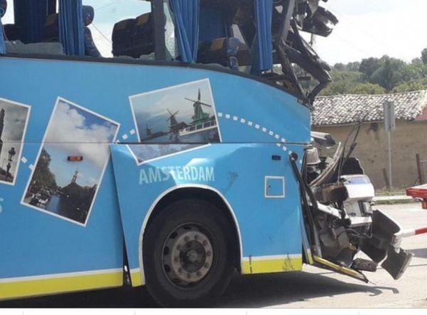 Снимка: Автобус, пълен с деца, се удари в камион! Има ранени