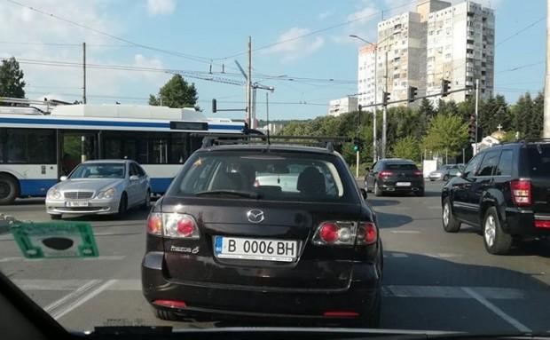 Снимка: Кола отне предимството на тролей по бул.