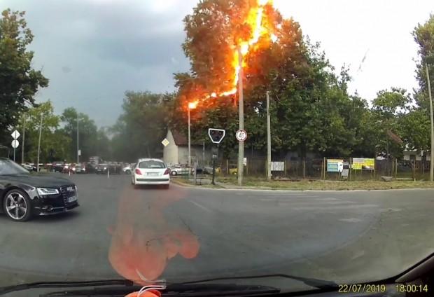 Забелязано в ПловдивМълния е паднала в района на прелеза на
