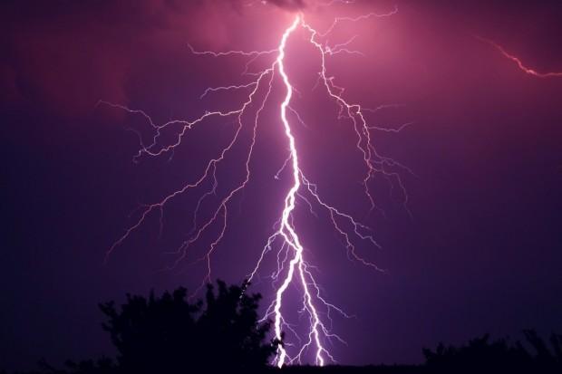 Силен вятър, дъжд и мълнии нанесоха десетки щети по електроразпределителната