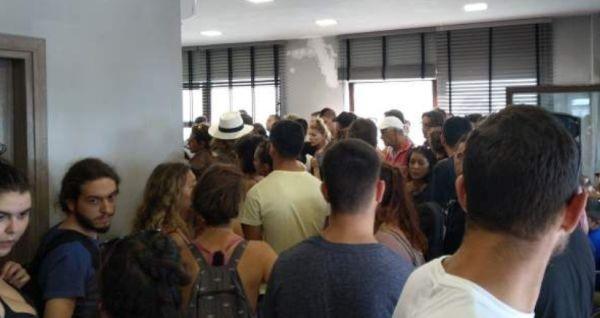 Стотици туристи, сред които и група българи, са блокирани на