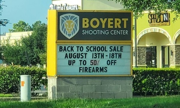 Снимка: Зарада зачестилите престрелки в училищата, магазин в Тексас предлага пушки на промоция