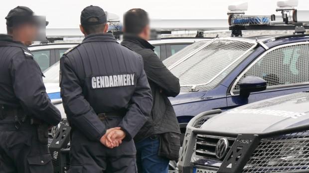 42-годишен помориец, въоръжен с огнестрелно оръжие е задържан от служители