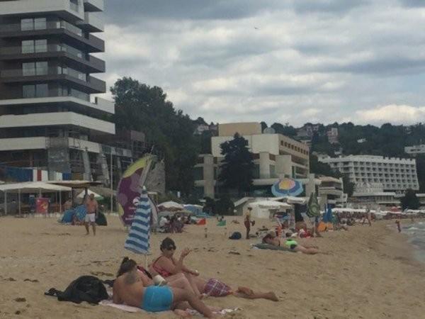 По цялата плажна ивица флагът е бил жълт, т.е. предупредителен,