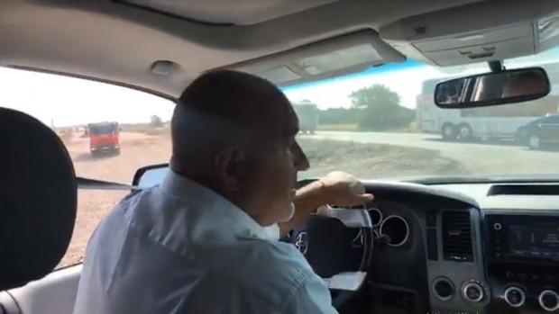 ПремиерътБойко Борисовотново управлява служебния джип, за да инспектира как вървят