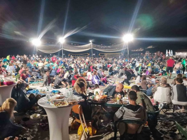 """Стотици варненци се събраха на """"Най-дългата вечеря на плажа"""