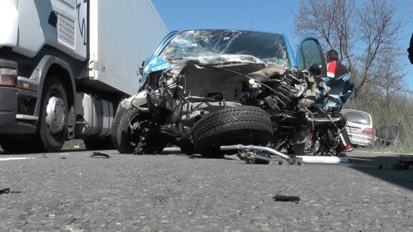 > Тежка катастрофа със загинал затрудни вчера движението по пътя