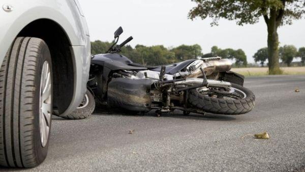 > ИлюстрацияВодачът на мотоциклета е загубил контрол над него и