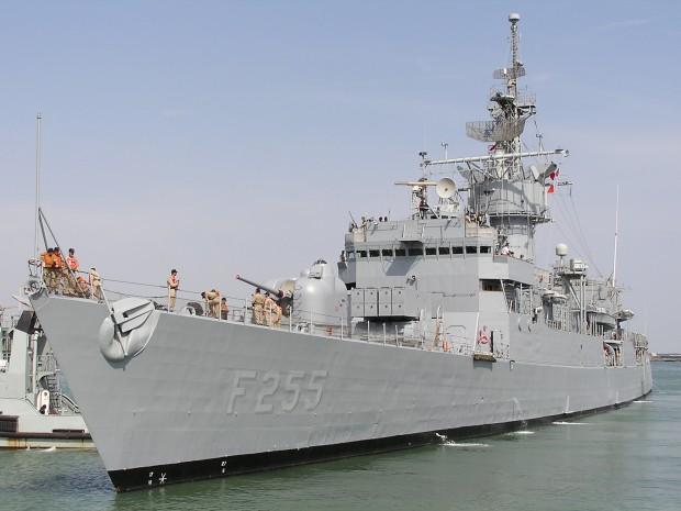 > ИлюстрацияЖелаещите да се качат на военния кораб, който е