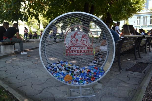 В подкрепа на благотворителна кампания за събиране на пластмасови капачки