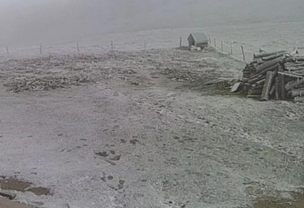 Сняг прехвърча тази нощ на Черни връх. В южните и