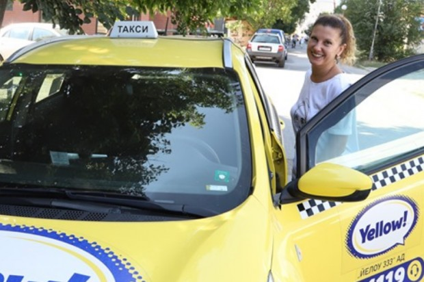 Снимка: Не е шега! Миролюба Бенатова стана шофьор на такси!