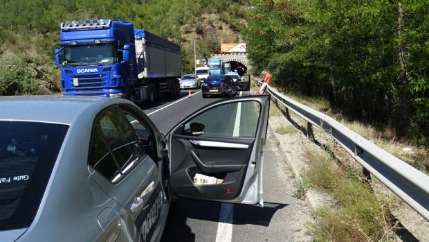 Снимка: Два автомобила се удариха на Е-79 преди тунела край Железница