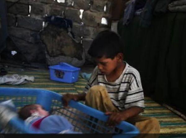 Снимка: Майка отглежда трите си деца при нечовешки условия в стар хранителен магазин