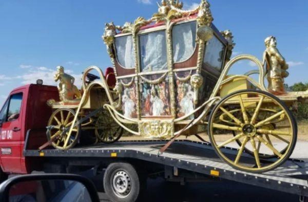 Снимка: Циганин със златна каляска се превърна в хит в социалните мрежи