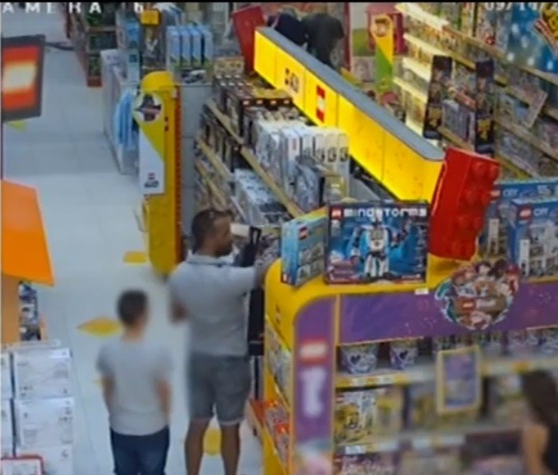 Снимка: Нагли кражби от баща и син в столичен мол