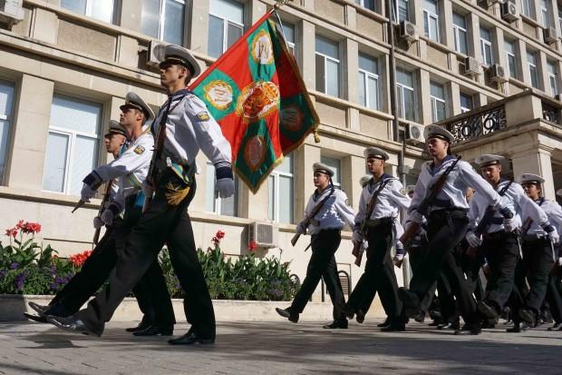 С тържествено издигане на националното знаме и молебен, отслужен от