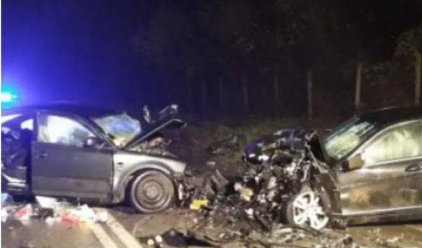 > Два леки автомобила са се ударили челно в Прохода