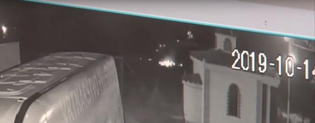 Охранителна камера край пътя Казанлък-Габрово е заснела челния удар между