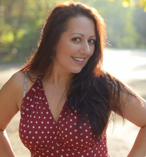 Актрисата и певица Милица Гладнишка разчита на сочни форми, за