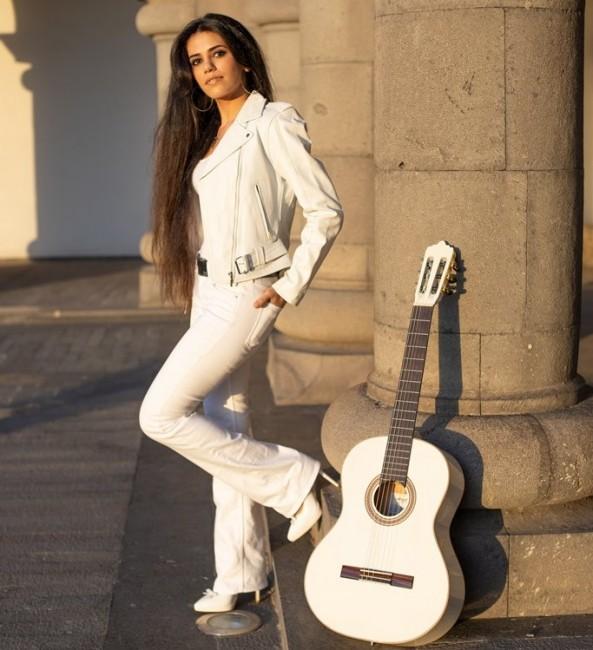 Младата изпълнителка Елена Нигохосян, с артистичното име Елена Ереван, идва