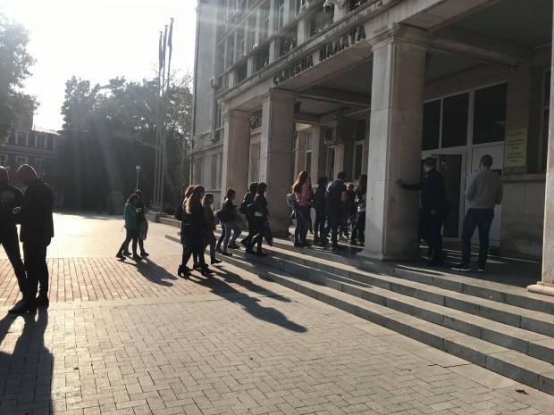 Тълпата пред съда за важното делоВеселин Марешки и Красимира К.