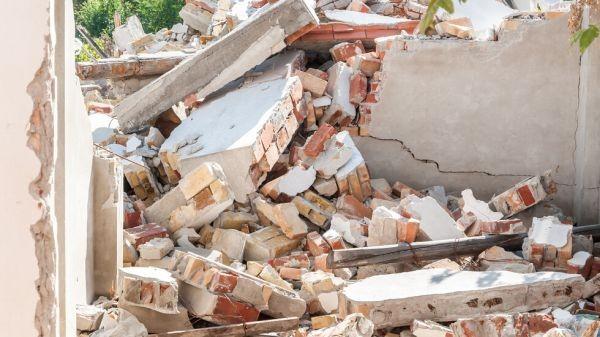 Четирима работници паднаха от срутил се покрив в чепеларското село