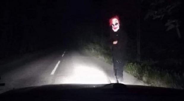 Полицаи са по петите на страшния клоун, който плаши шофьори.