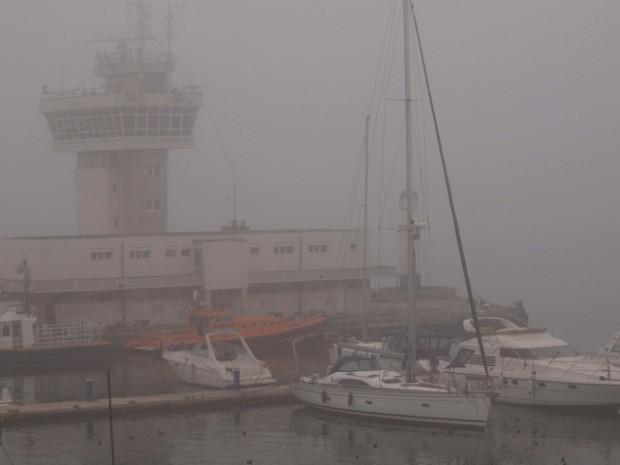Пристанище Варнае затворено за маневри на кораби поради мъгла, съобщават