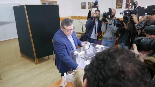 В изявлението си към медиите, Цацаров обяви, че до 18