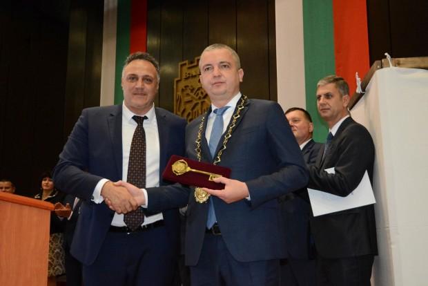 Иван Портних, предаде репортер на Varna24.bg.След като положи клетва градоначалникът